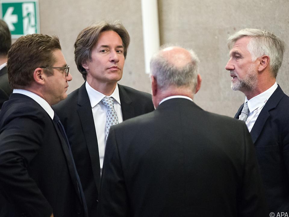 Grasser und Meischberger mit Anwälten im Gerichtssaal