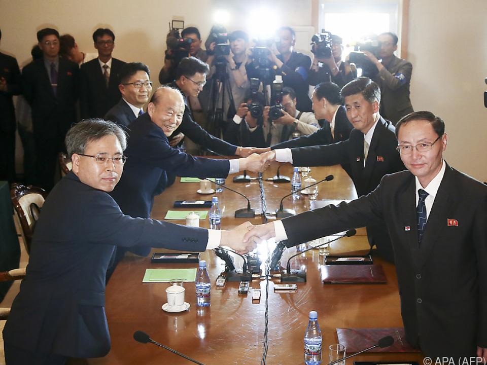 Händeschütteln beim Treffen der Unterhändler