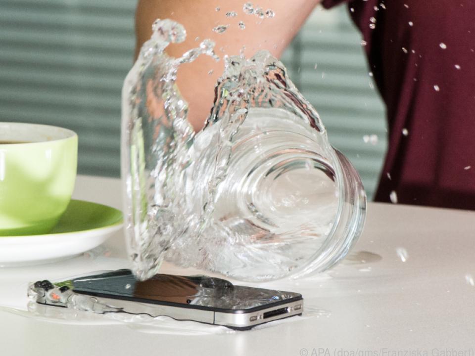Ein nicht-wasserdichtes Handy sollte schnellstens ausgeschaltet werden
