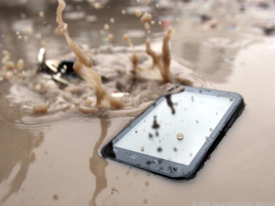 Landet das Handy in der Pfütze, ist das schon lange kein Todesurteil mehr