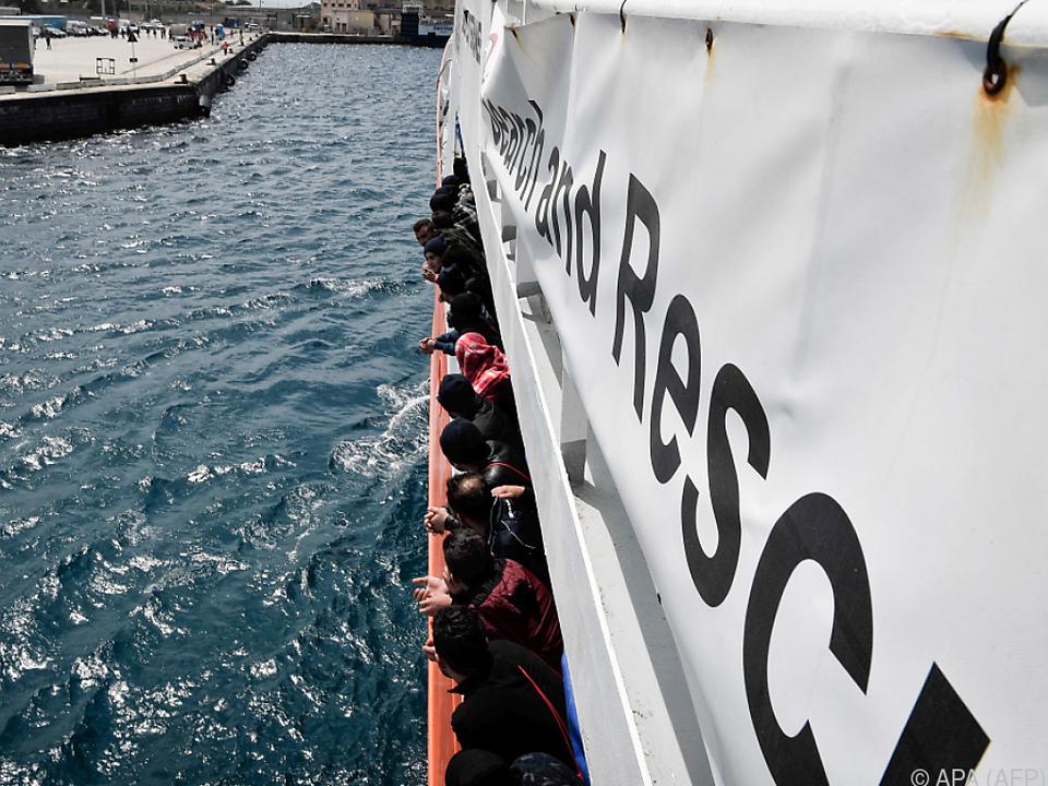 Menschen an Bord des Rettungsschiffs \
