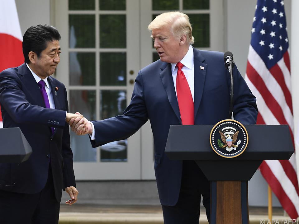 Premierminister Abe und Präsident Trump beraten wegen Nordkorea