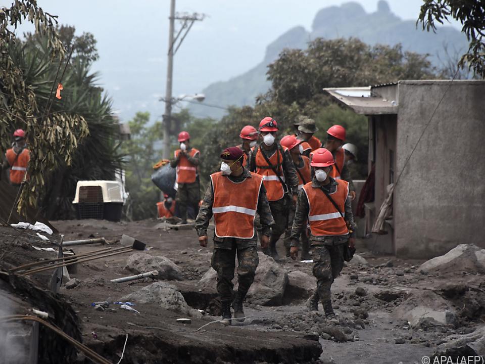 Rettungskräfte suchen noch nach zahlreichen Vermissten