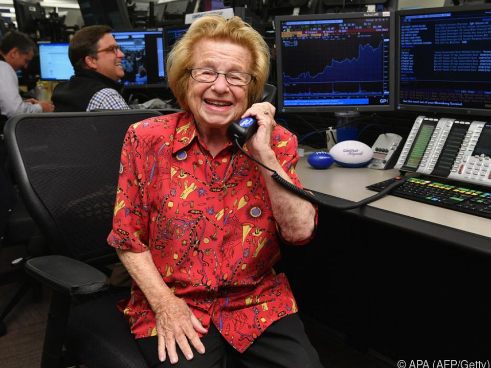 Ruth Westheimer telefoniert gerne