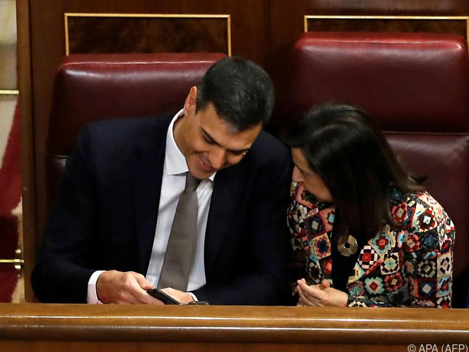 Sanchez (links/mit Margarita Robles) berief Frauen seines Vertrauens