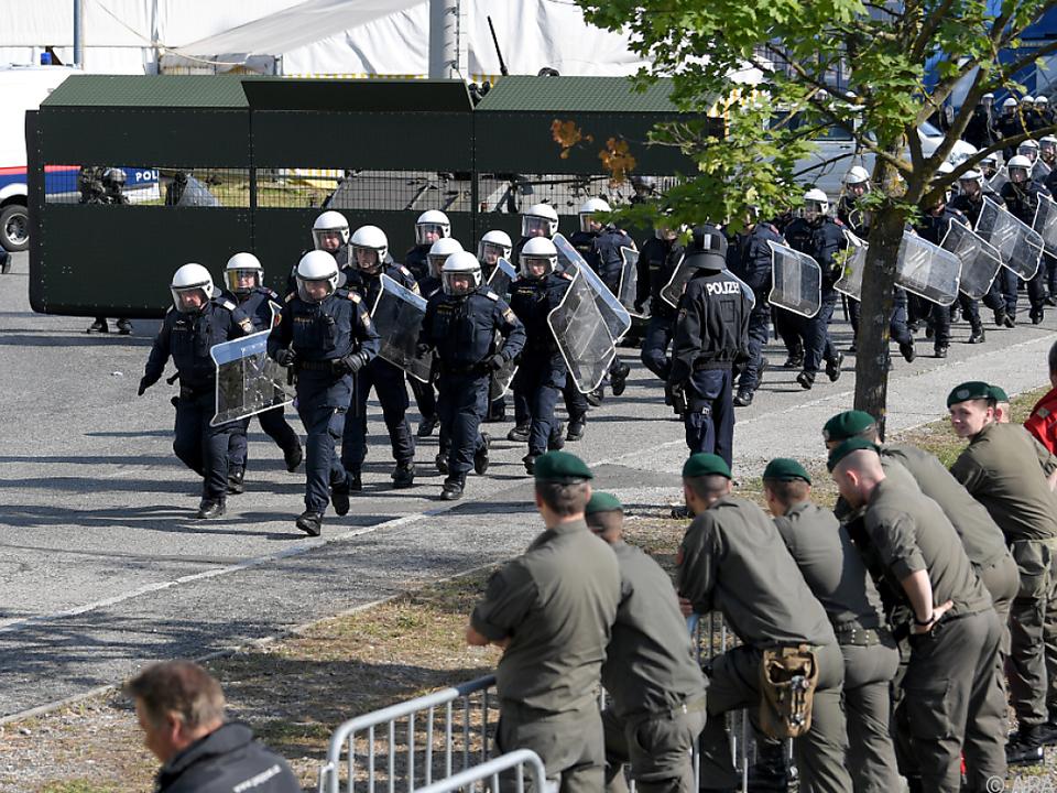 Sicherheitskräfte marschieren an der Grenze auf