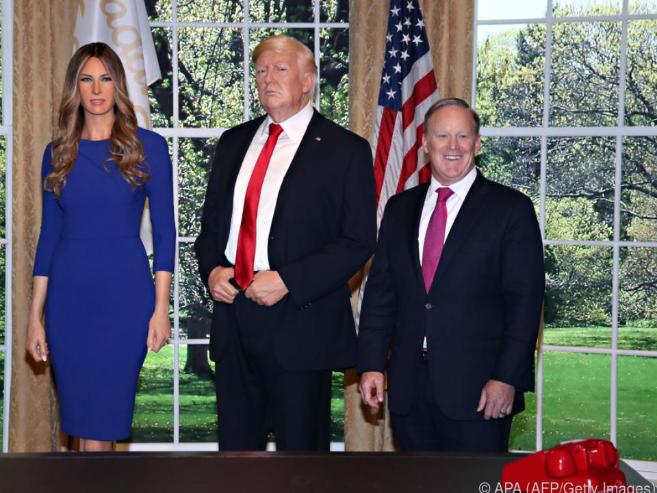 Spicer (r.) mit dem Präsidentenpaar als Wachsfiguren