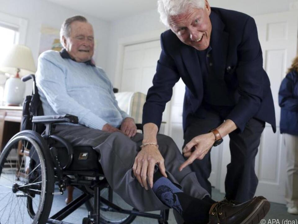Ex-US-Präsident Bush sen. zeigt Bein