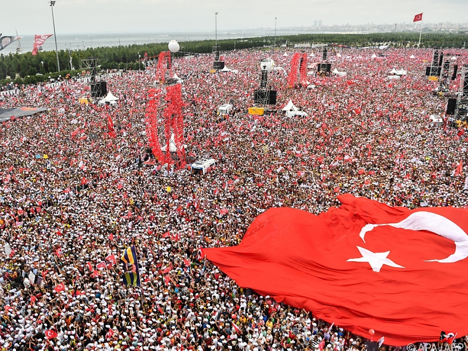 Tausende bei Abschlusskundgebung von Oppositionskandidat Ince