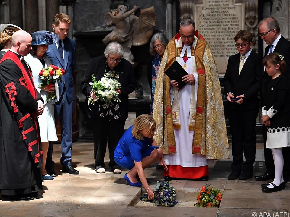 Tochter von Stephen Hawking legt am Grab Blumen nieder