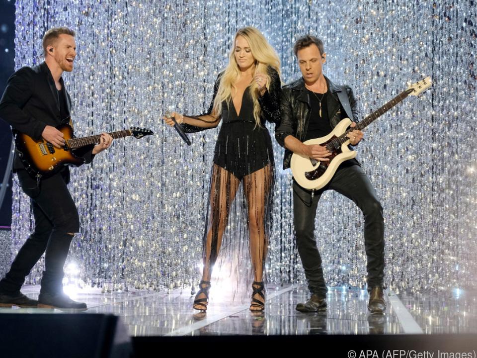Auch nach dem Sturz kann Carrie Underwood noch rocken