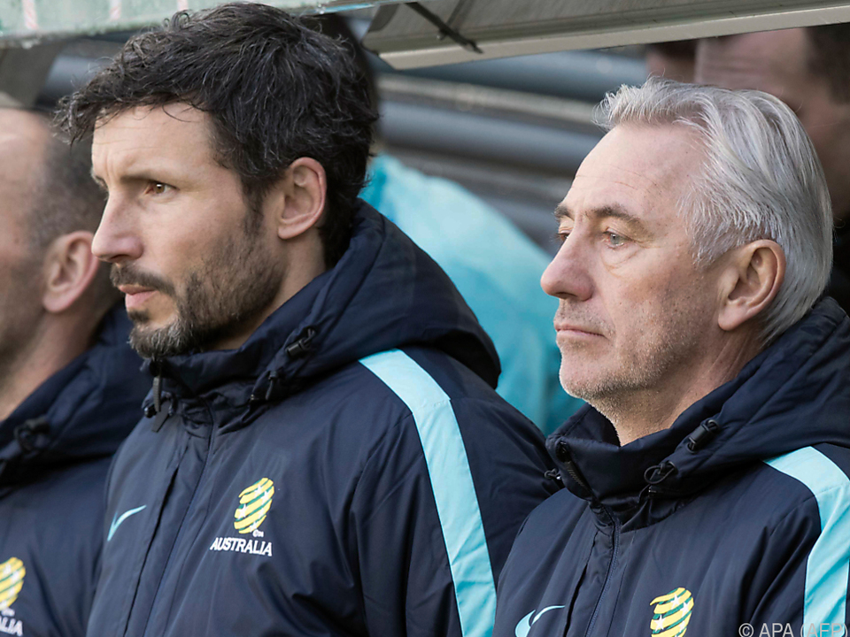 Van Bommel (l.) assistiert Van Marwijk auf Australiens Trainerbank