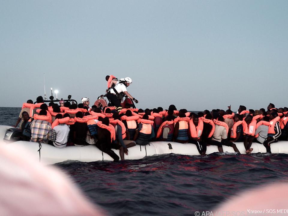 Von den vielen Flüchtlingen überlebten zwei Menschen die Reise nicht