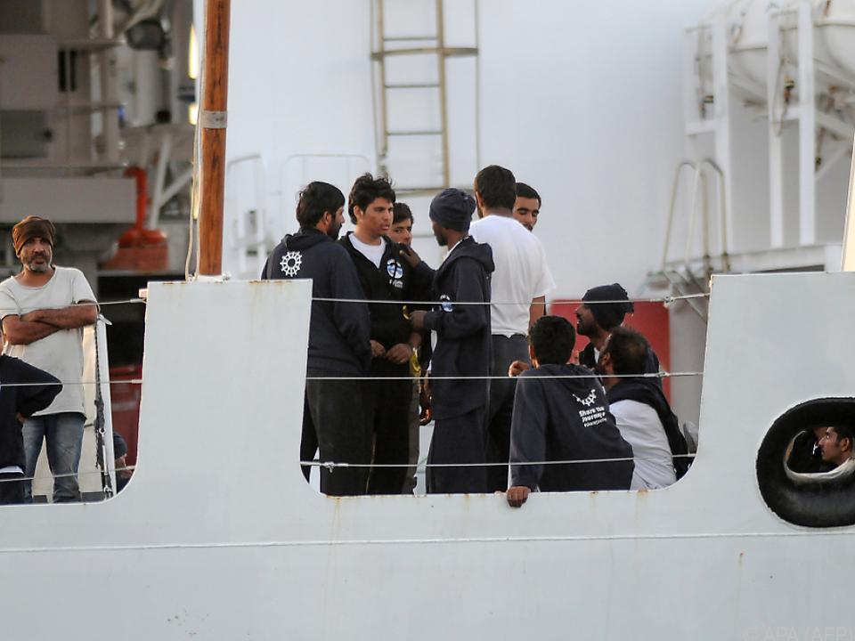 Angeblich wurden zwei Menschen an Bord als Schlepper identifiziert