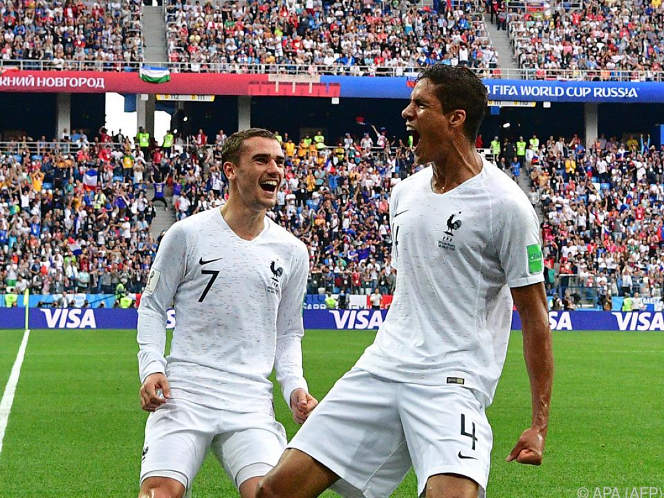 Antoine Griezmann und Raphael Varane feiern den Führungstreffer