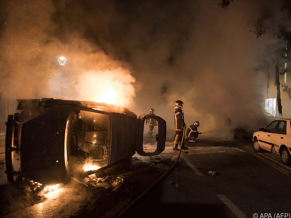 Autos wurden bei den Unruhen angezündet