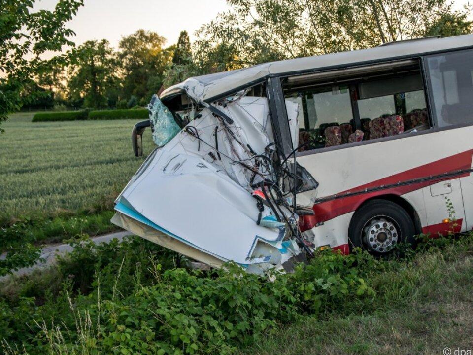 Der Bus stieß mit einem Rettungswagen zusammen