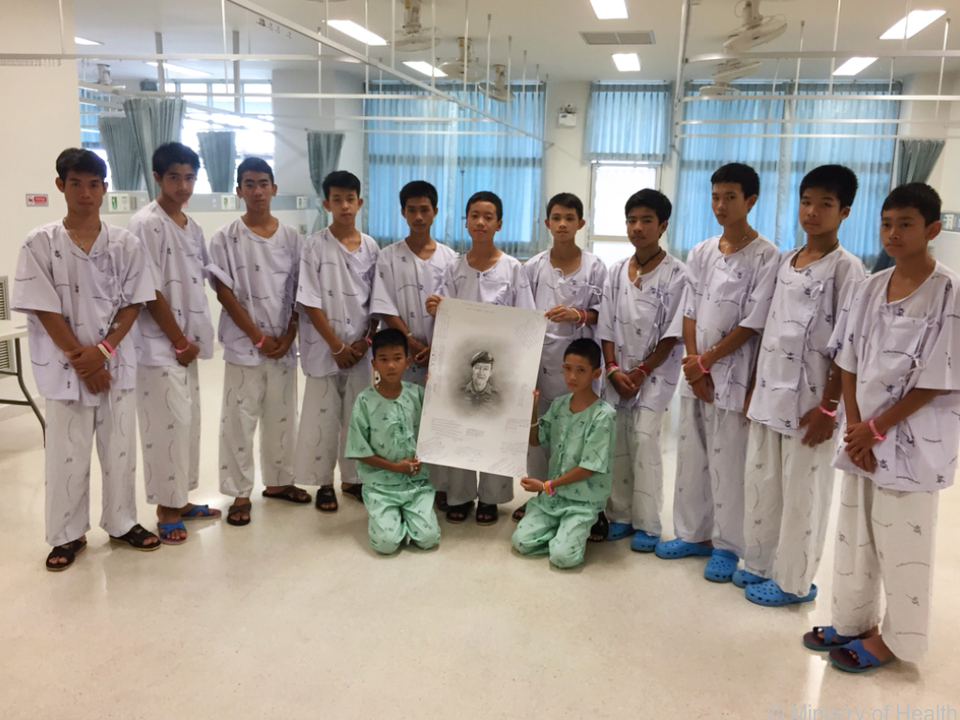 Die zwölf Buben und ihr Trainer befinden sich weiterhin im Krankenhaus