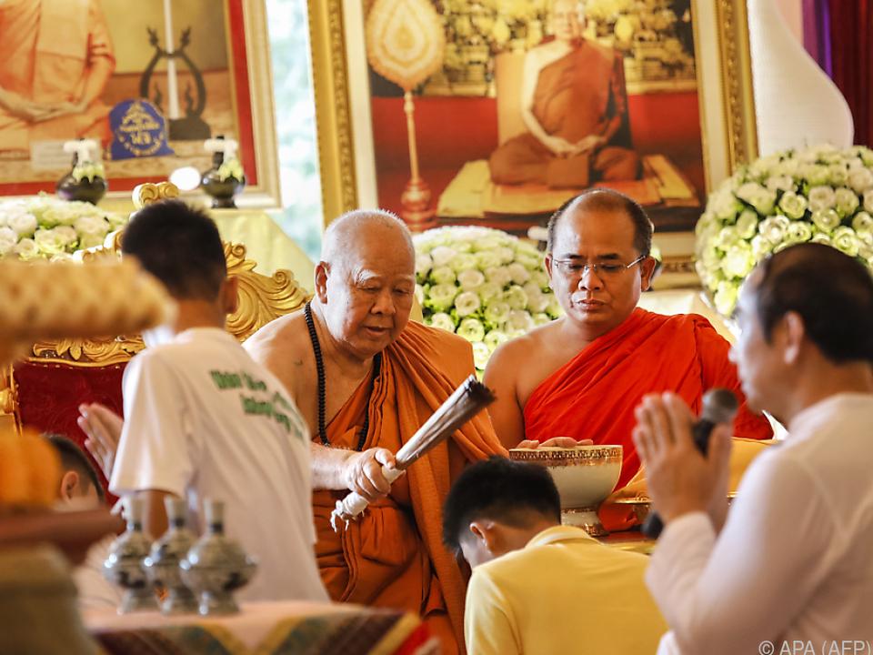 Ein Mönch und elf Novizen im Kloster