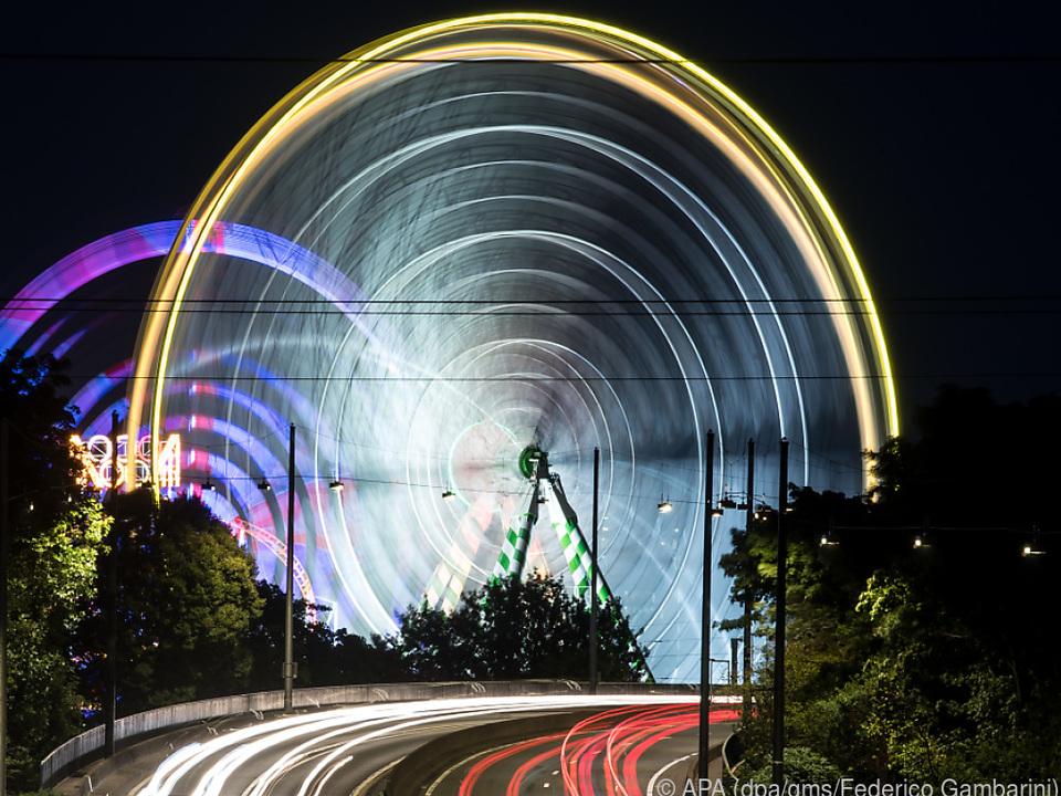 Ein Riesenrad als großer Lichtkreisel, aufgenommen per Langzeitbelichtung