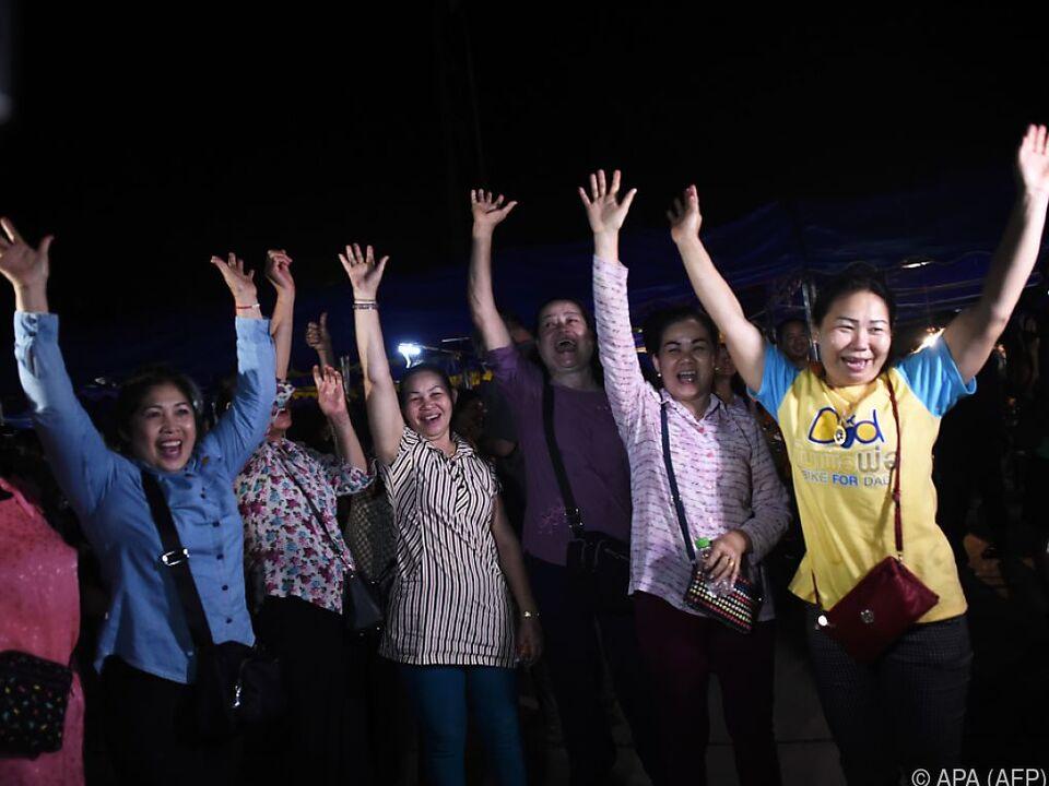 Freiwillige Helfer jubeln nach der erfolgreichen Rettung