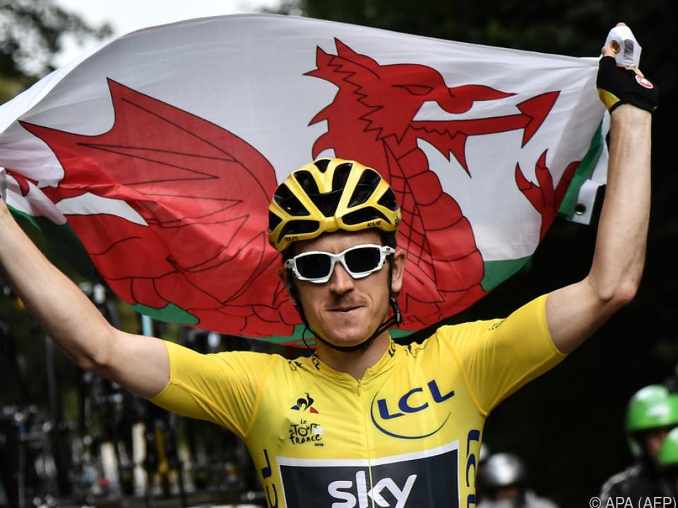 Geraint Thomas feiert mit der walisischen Fahne