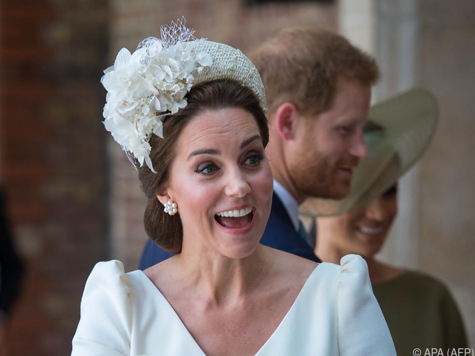 Herzogin Kate hält ihren Sohn Prinz Louis vor seiner Taufe