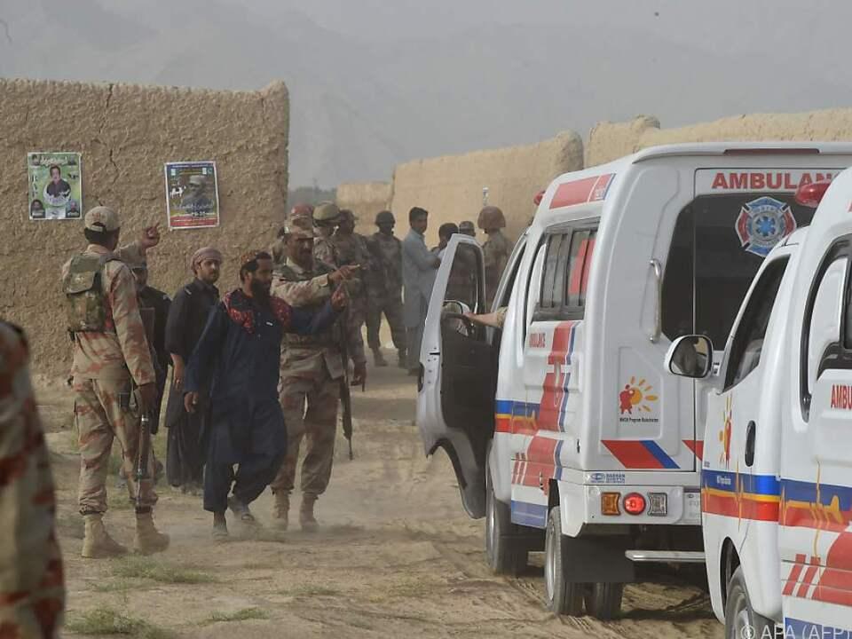 Hilfs- und Sicherheitskräfte nahe des Anschlagsorts im Süden Pakistans