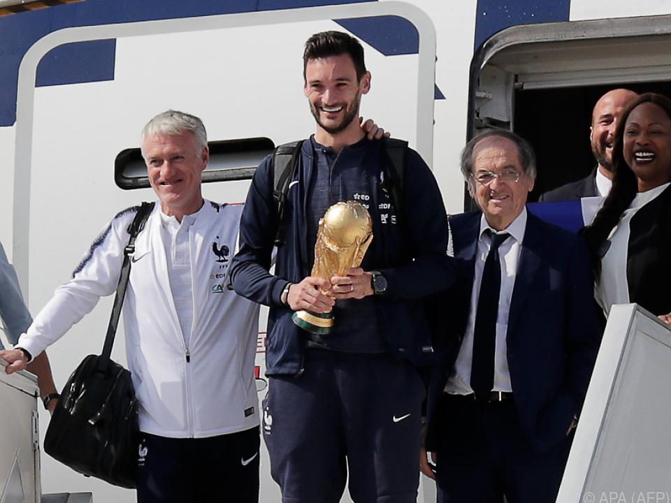Kapitän Hugo Lloris trägt den Pokal