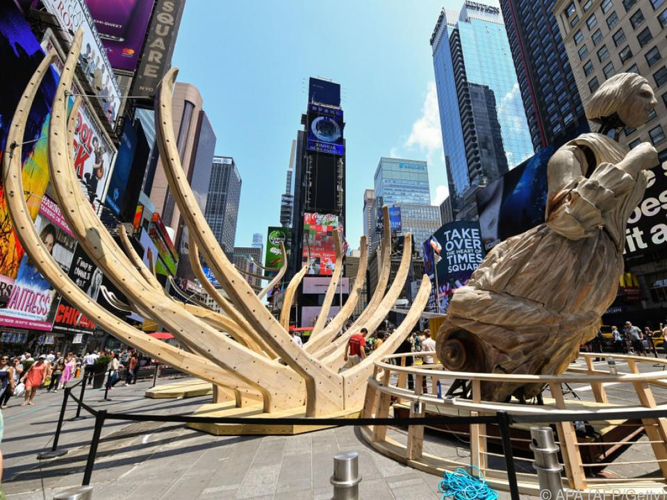 Mitten in New York: Der hölzerne Rumpf eines Schiffswracks