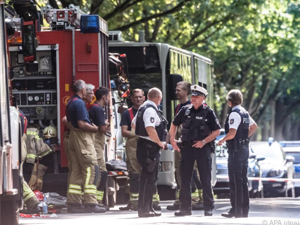Polizisten und Helfer in der Nähe des Tatorts in Lübeck