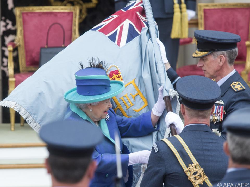 Queen Elizabeth II. nimmt persönlich die Flagge ab