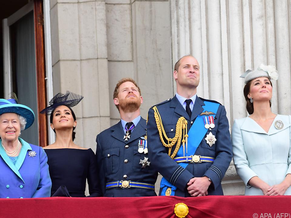 Die royale Familie schaut in den Himmel