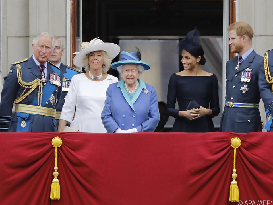 Queen Elizabeth II. ganz in RAF-blau