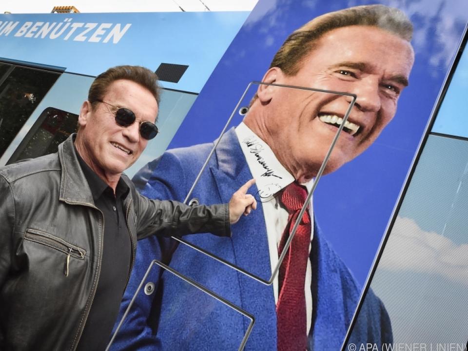 Schwarzenegger unterschrieb auf der Straßenbahn