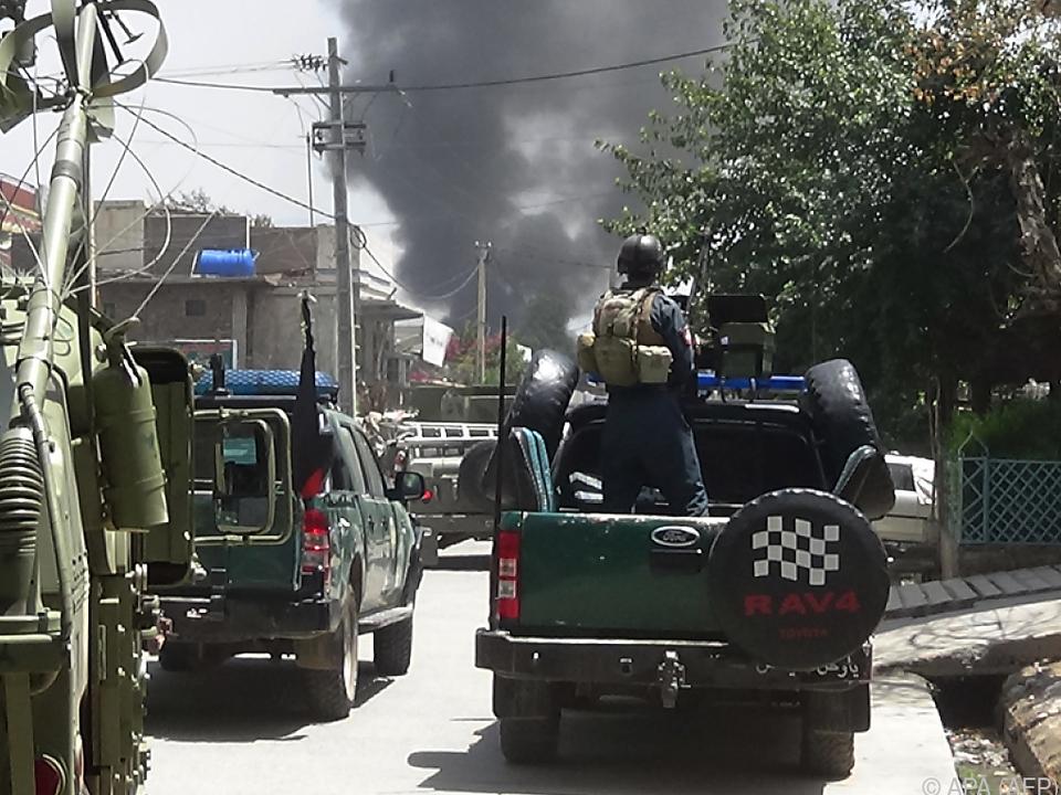 Sicherheitskräfte am Weg zum Angriffsziel in Jalalabad
