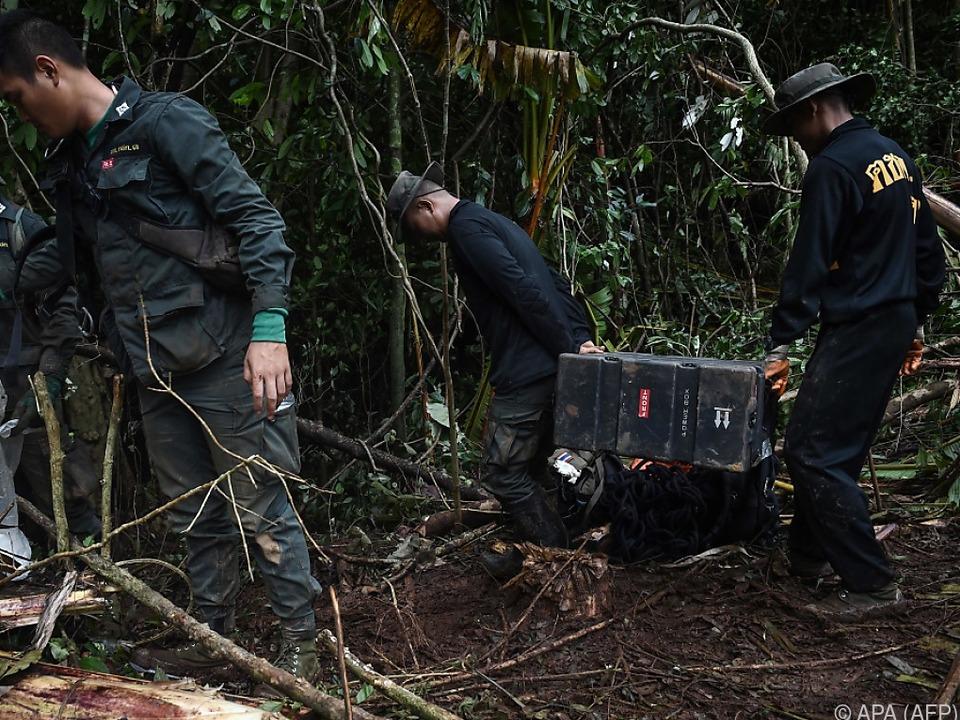 Soldaten bringen Geräte, die bei der Suche helfen sollen