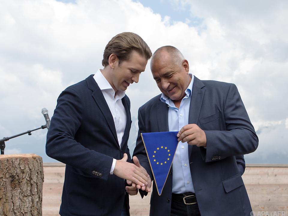Symbolische Übergabe des EU-Wimpels an Kanzler Kurz