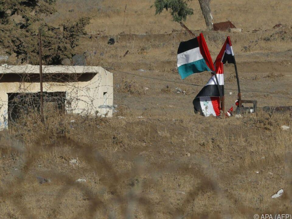 Syrische Flaggen in einer Pufferzone am Rande der Golan-Höhen