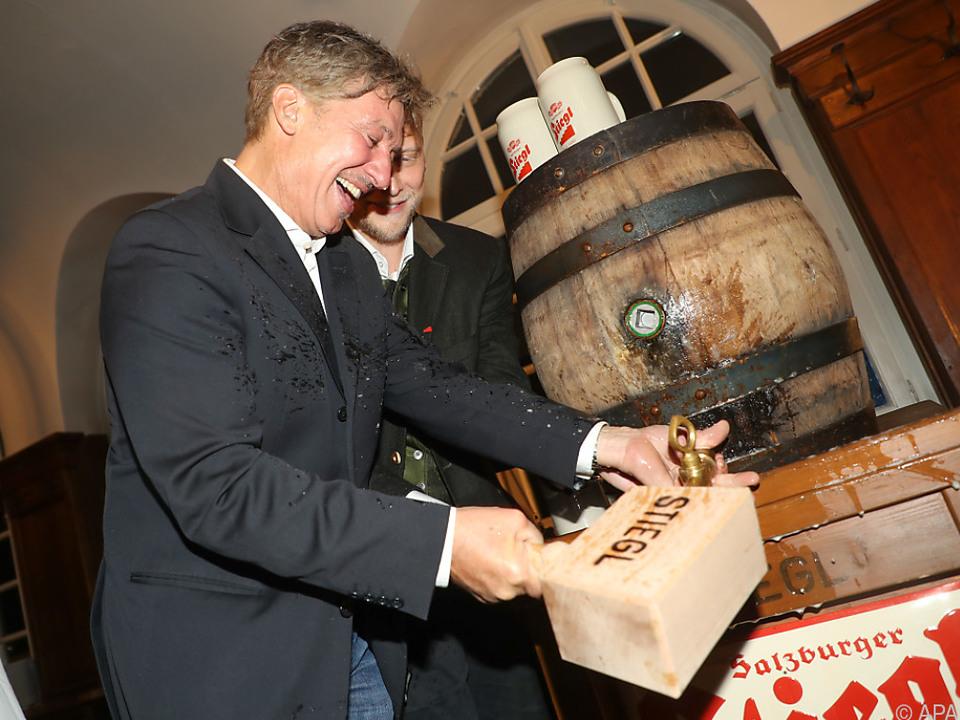 Tobias Moretti machte bei der Premierenfeier das Bierfass zu schaffen