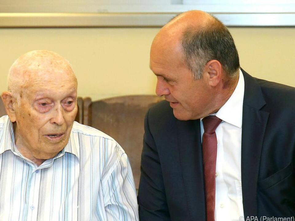 Wolfgang Sobotka (r.) im Gespräch mit einem Holocaust-Überlebenden