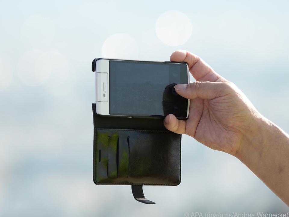 Mit Deckel: Ein klassisches Flip-Case, das teils auch Book-Case genannt wird