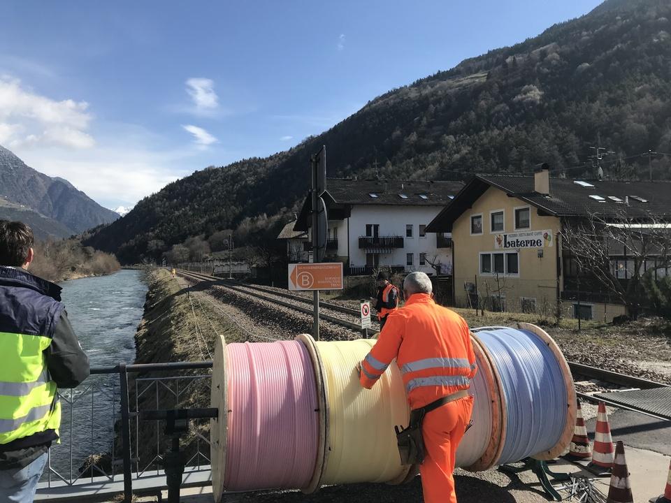 Verlegung von Glasfaserkabeln: Der Ausbau des Netzes schreitet voran.