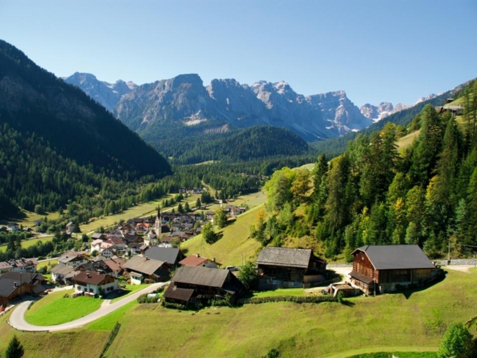 Das ladinische Dorf Lungiarü, eingebettet in einer hochwertigen Natur-und Kulturlandschaft. Foto: Tourismusverein San Vigilio-San Martin