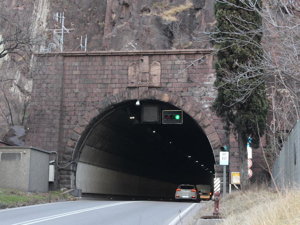 Heute noch kann man am Sdausgang des Virgltunnels das fasch. Symbol sehen. Fr den Durchstich wurden Hftlinge des KZ Prato Isarco herangezogen (Archiv Rauch)