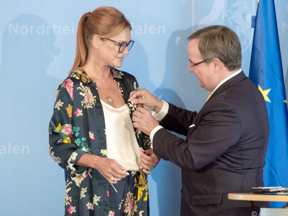 Andrea Berg bekam den Verdienstorden von Armin Laschet angesteckt