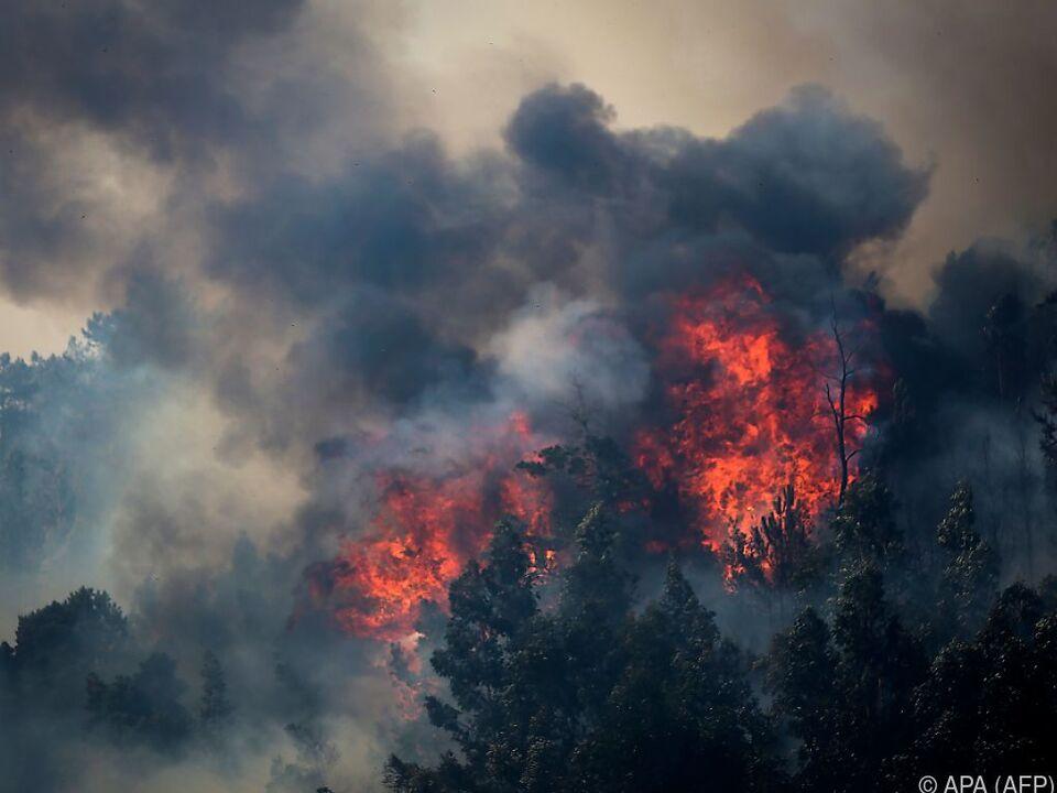 Bis der Brand vollständig gelöscht ist können noch Tage vergehen