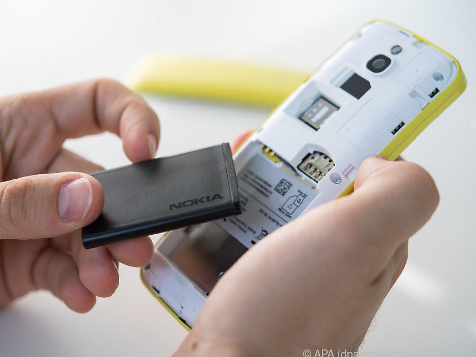 Der Akku des Nokia 8110 4G lässt sich entfernen