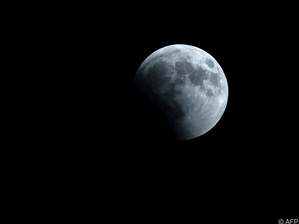 Das Eis befindet sich im kühlen Schatten von Kratern an den Mondpolen