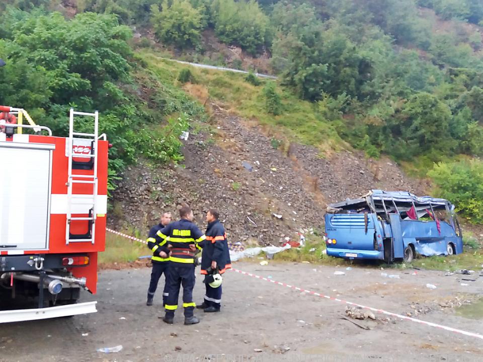 Der Bus stürzte 20 Meter ab